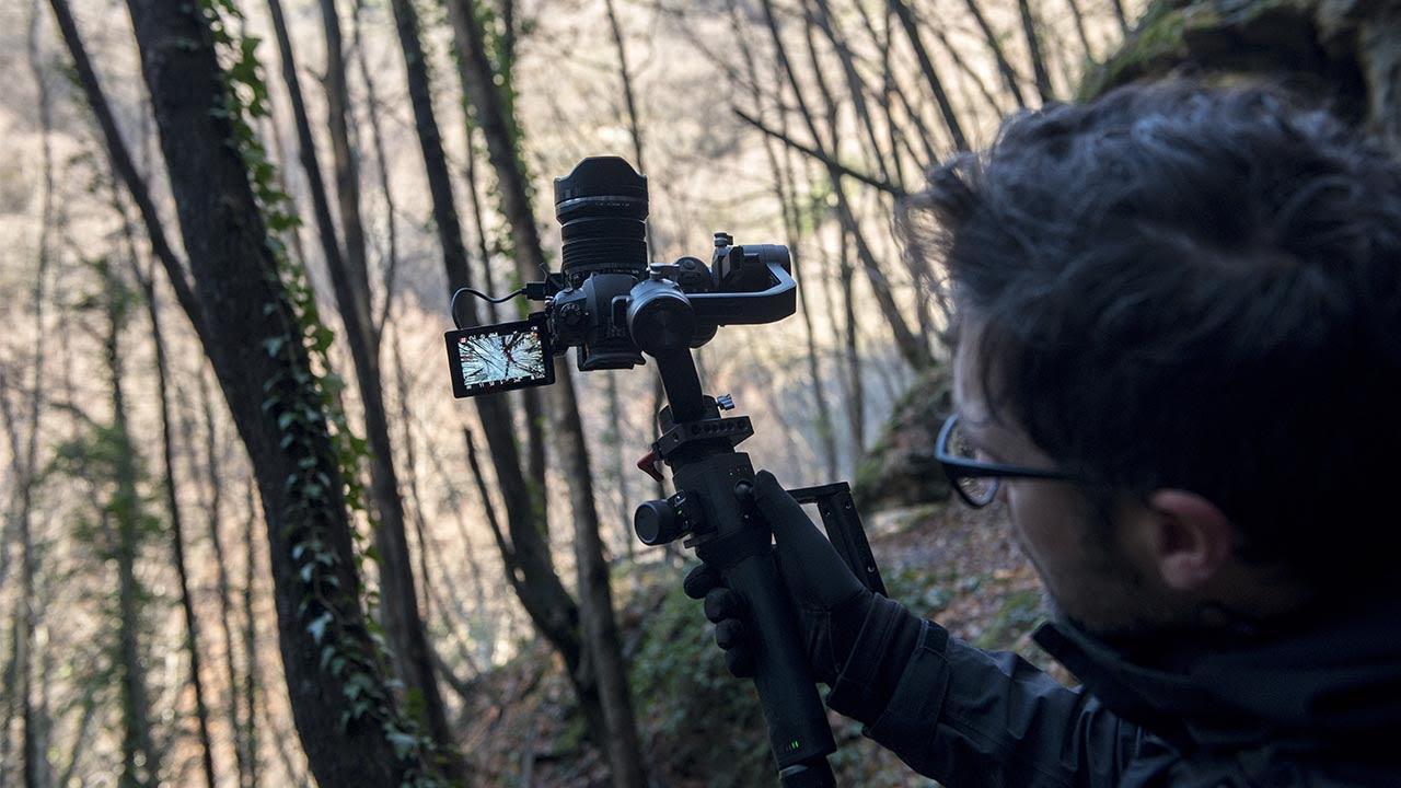 ragazzo con telecamera in montagna