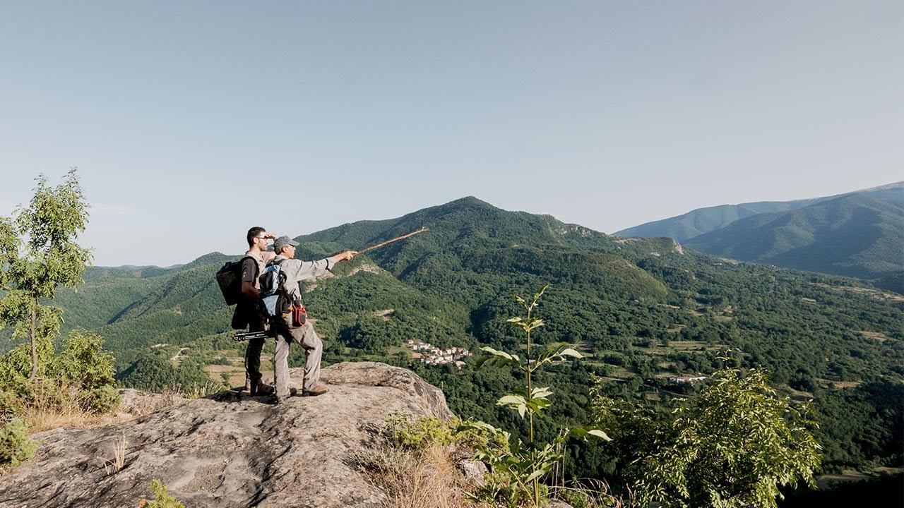 uomini sulla vetta di una montagna