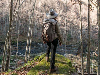 ragazza con zaino in spalla in montagna